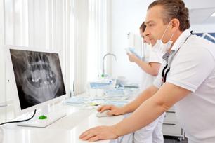 Zahnarzt bei Röntgenuntersuchung